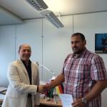 المستشار عبد القادر الامين يسلم شهادة التخرج للدكتور عمر